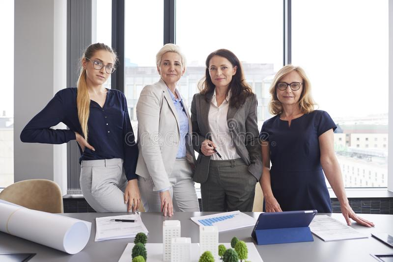 Un ritratto di quattro donne di affari nell'ufficio fotografie stock