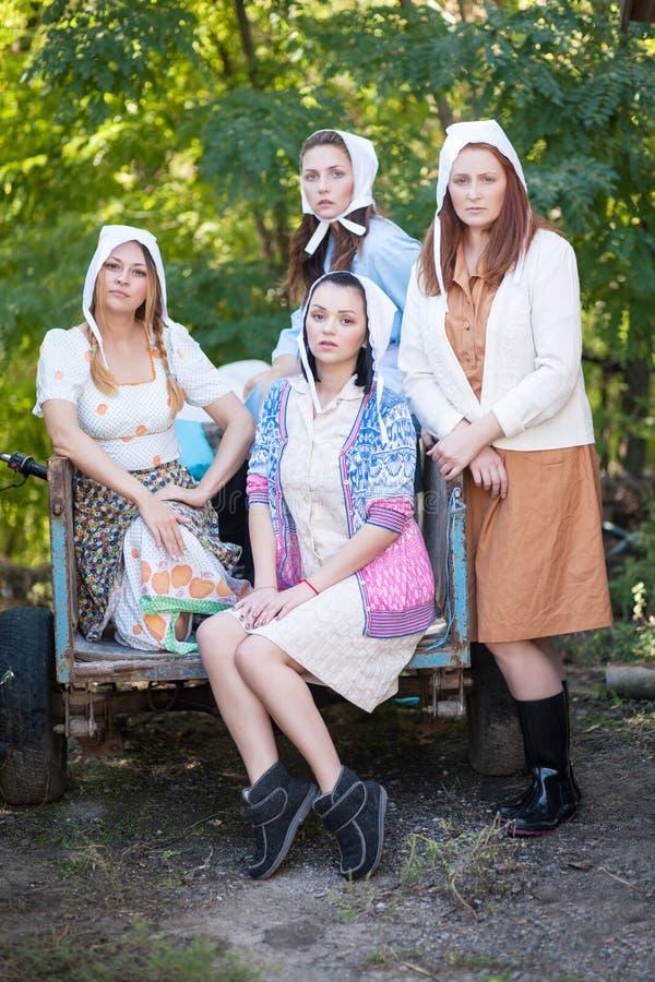 Un ritratto di quattro donne vestite in un retro stile rurale immagini stock libere da diritti