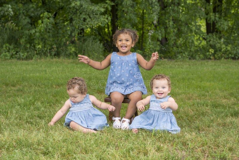 Un ritratto di 3 sorelle nel parco fotografia stock