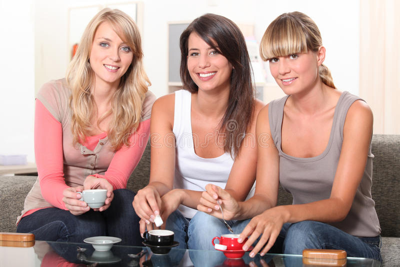 Tre donne a teatime immagine stock
