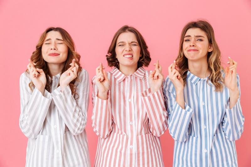 Un ritratto di tre ragazze allegre 20s che indossano banda variopinta fotografia stock libera da diritti