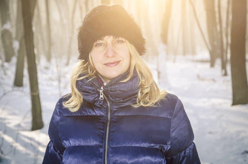 Un ritratto di una donna nella foresta di neve immagini stock