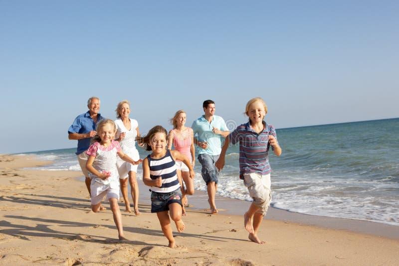 Un ritratto di una famiglia delle tre generazioni sulla spiaggia immagini stock libere da diritti