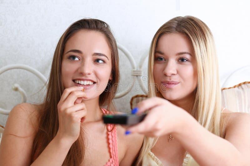 Un ritratto di una femmina sorridente di due bei giovani fotografia stock libera da diritti