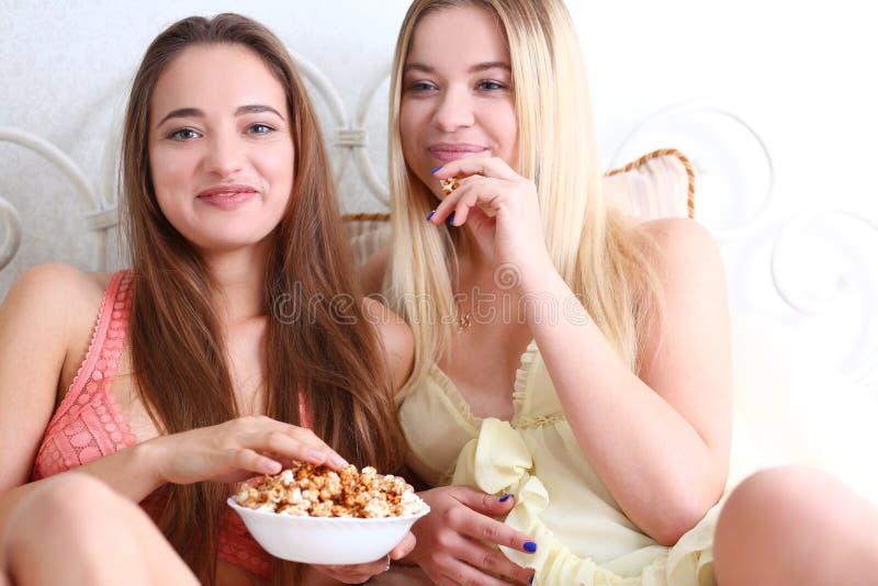Un ritratto di una femmina sorridente di due bei giovani immagini stock