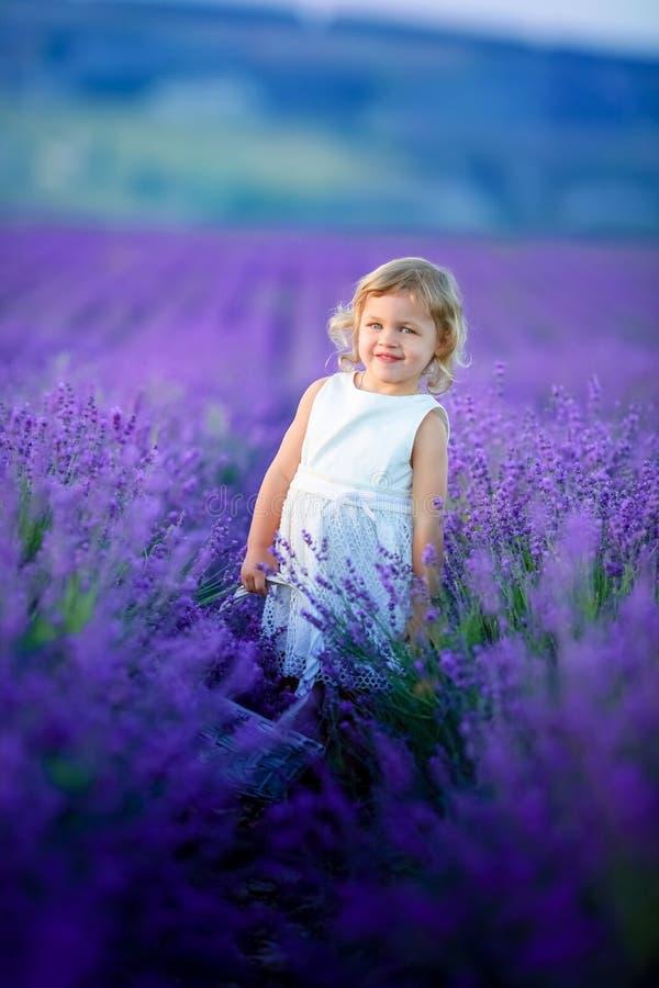 Un ritratto di una ragazza adorabile del bambino in un costume leggiadramente magico con capelli ricci che giocano con una bacche fotografia stock
