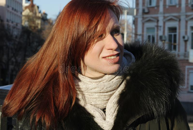 Un ritratto di una ragazza che distoglie lo sguardo e un sole luminoso di inverno Sguardi con attenzione al lato fotografie stock