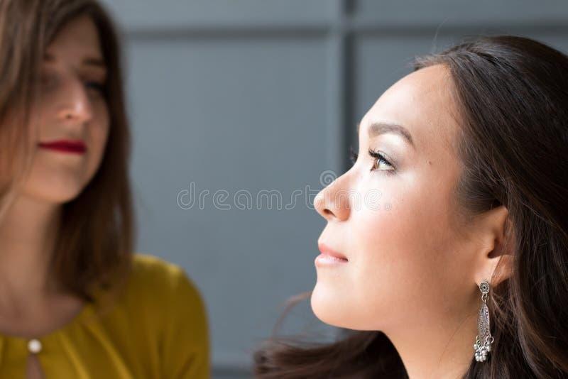 Un ritratto di una risata di due donne fotografia stock libera da diritti