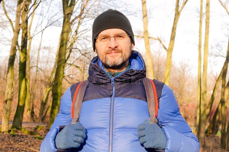 Un ritratto di un uomo di mezza età con la giacca a mano immagini stock libere da diritti