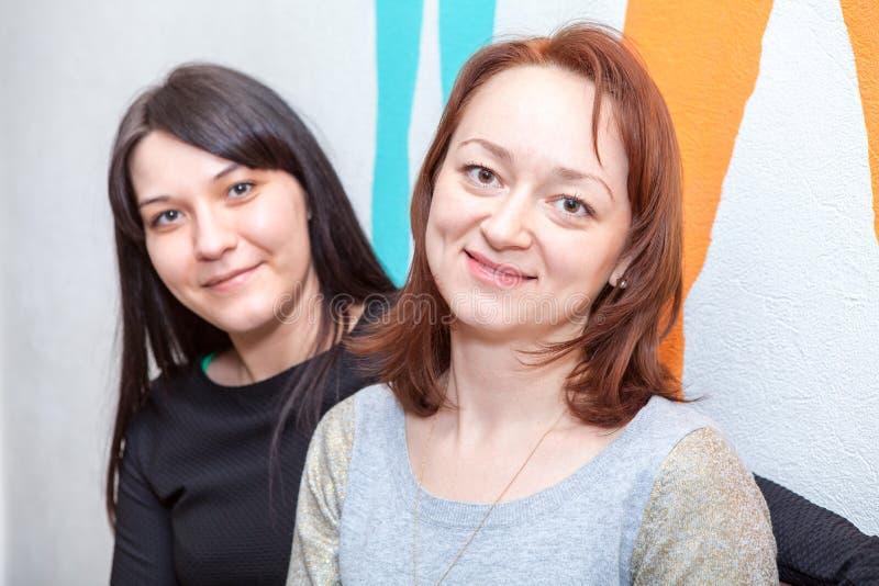 Un ritratto grazioso di due giovani donne fotografia stock libera da diritti