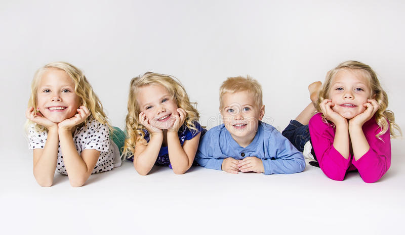 Un ritratto sorridente di quattro bambini immagini stock libere da diritti
