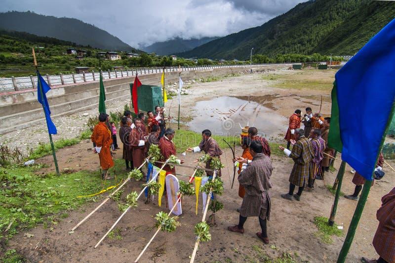 Un ritual antiguo antes de la competencia del tiro al arco, Bhután fotos de archivo