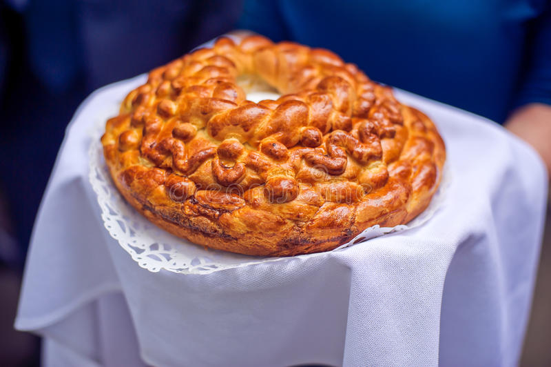 Un rituel traditionnel de pain et de sel de offre à un visiteur photo libre de droits