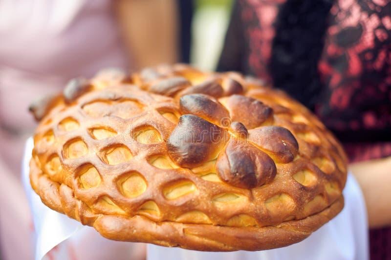 Un rituel traditionnel de pain et de sel de offre à un visiteur images libres de droits