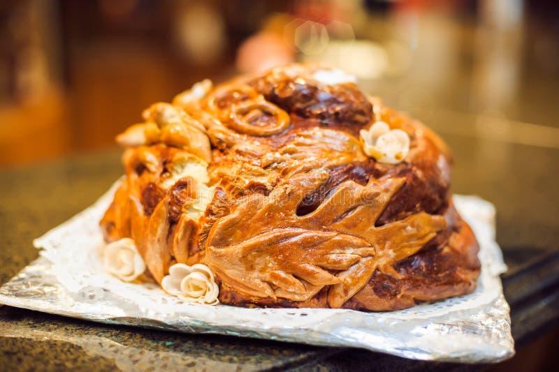 Un rituel traditionnel de pain et de sel de offre à un visiteur photos stock