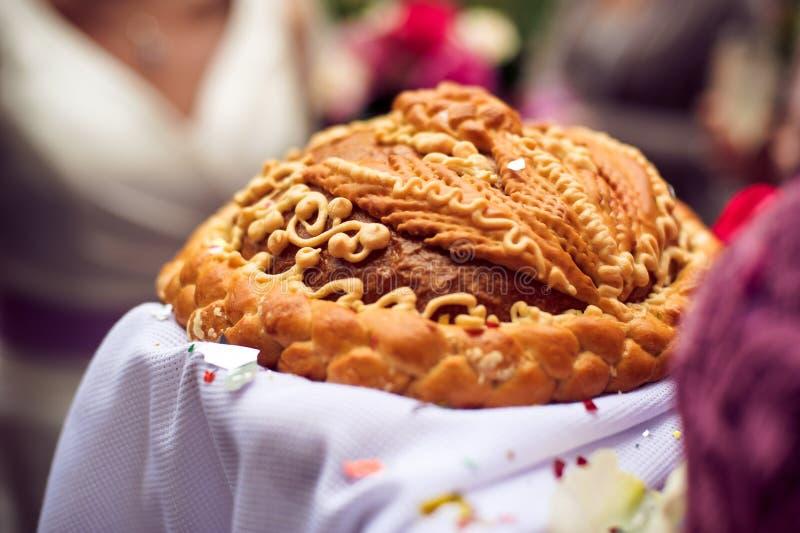 Un rituel traditionnel de pain et de sel de offre à un visiteur image stock