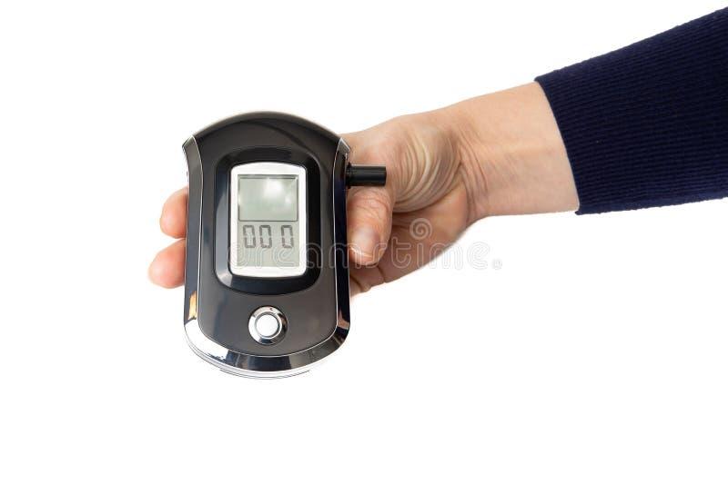 Un rivelatore portatile dell'analizzatore del Breathalyzer del tester del respiro dell'alcool di Digital in mani isolate su fondo fotografie stock libere da diritti