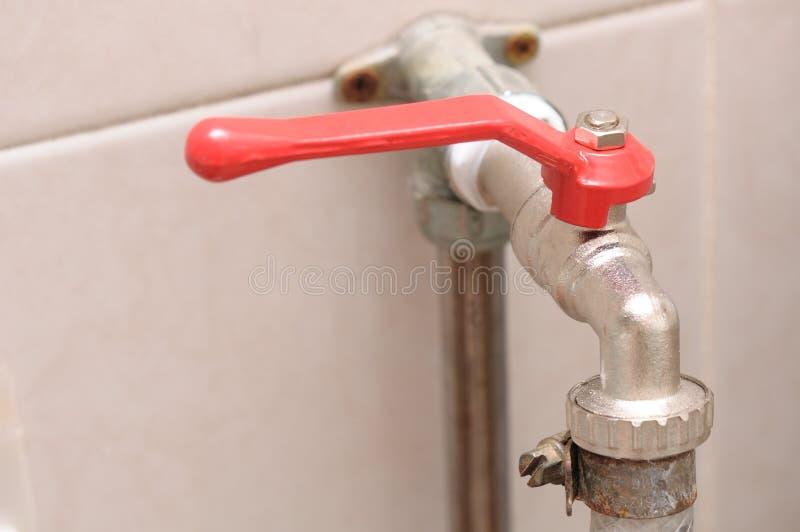Un robinet d'eau de type levier de robinet à tournant sphérique de quart de tour de prise de tuyau avec la poignée rouge photo stock