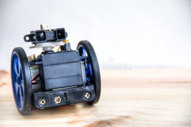 Un robot avec des yeux sur des roues images stock