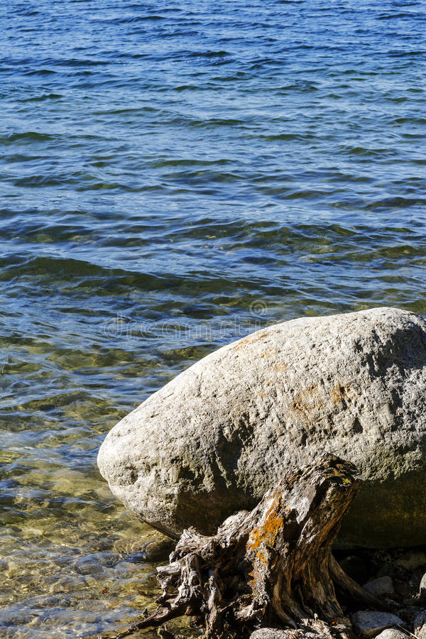 Un rocher au bord du lac Hancza image stock