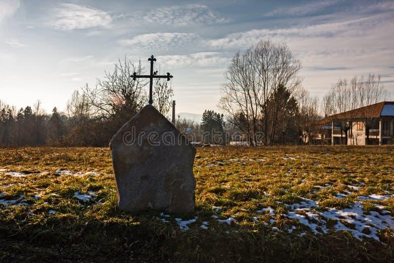 Un rocher votif avec une croix photos libres de droits