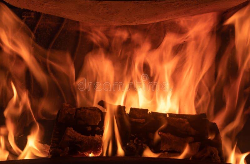 Un rondin brûlant dans la cheminée photos libres de droits