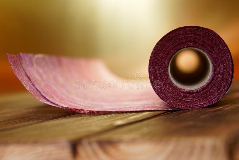 Un rotolo del materiale del mestiere da feltro e da carta per cucito domestico su un fondo dorato fotografia stock