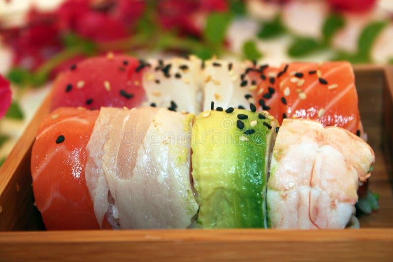 Un rotolo del Rainbow dei sushi immagine stock libera da diritti
