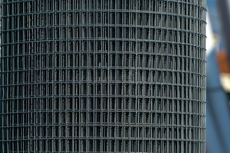 Un rotolo della maglia d'acciaio fotografie stock
