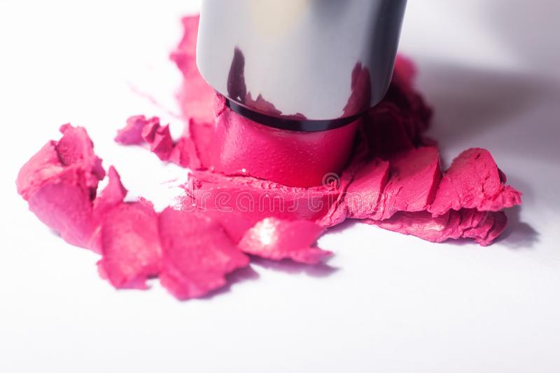 Un rouge à lèvres simple heurté sur un fond blanc images stock