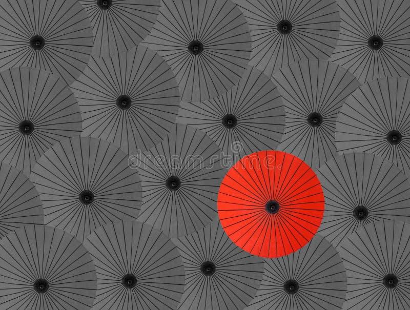 Un rouge de beaucoup de parapluies gris illustration libre de droits