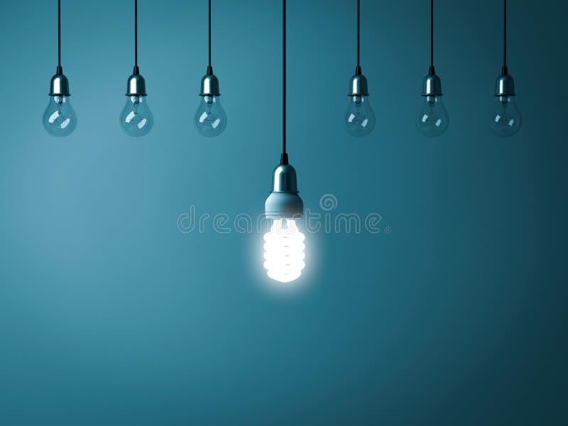 Un rougeoyer économiseur d'énergie accrochant d'ampoule se tiennent des ampoules incandescentes non allumées avec la réflexion su illustration libre de droits
