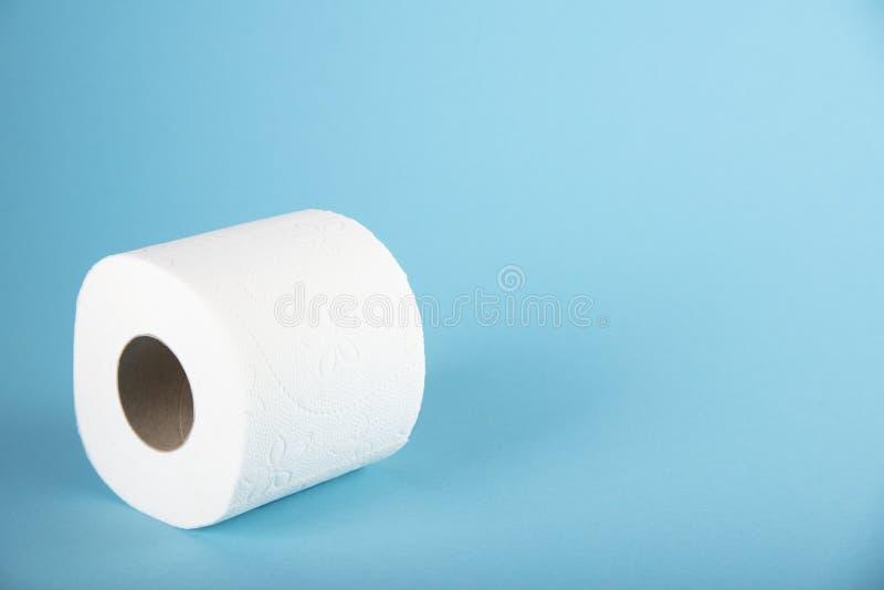 Un rouleau de papier hygiénique blanc sur un fond coloré L'espace pour le texte photo libre de droits