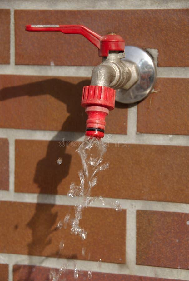 Un rubinetto incapace di ritenere del giardino. fotografie stock libere da diritti