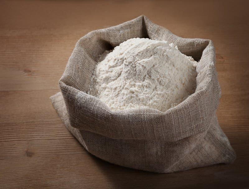 Un sac de farine sur le conseil photo stock