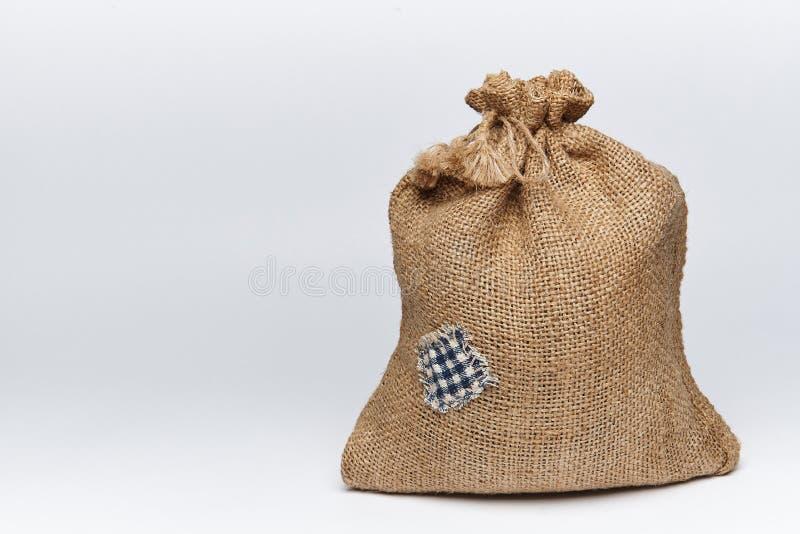 Un sac rempli de toile de jute avec une correction images stock