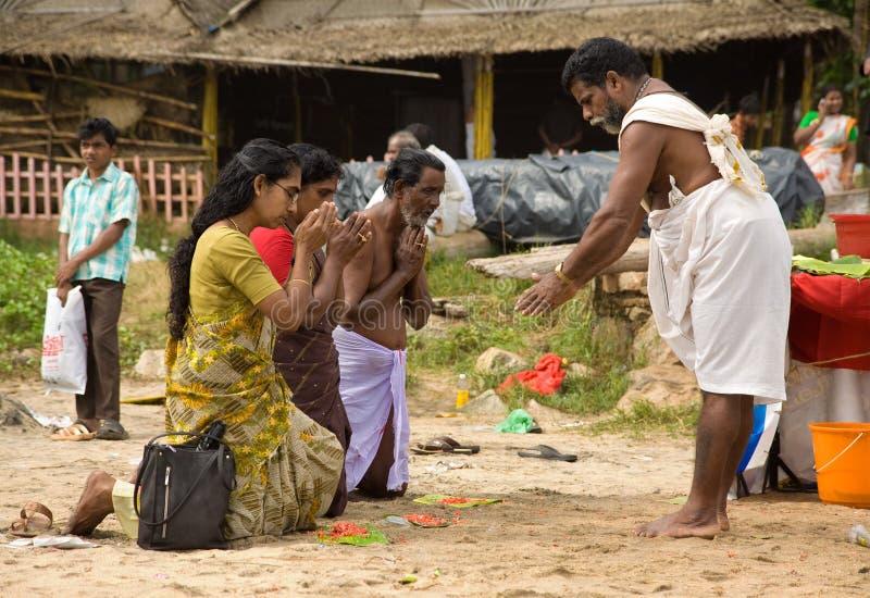 Un sacerdote hindú da una bendición fotos de archivo libres de regalías