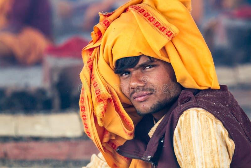Download Un Sacerdote Hindú Joven En El Kumbha Mela En La India Fotografía editorial - Imagen de muchacho, india: 42433297