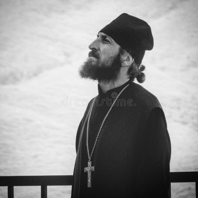 Un sacerdote nelle montagne di Tbilisi - GEORGIA - bellezza della capitale immagine stock