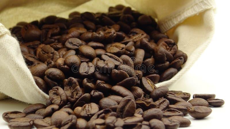 Un saco con los granos de café asados imágenes de archivo libres de regalías