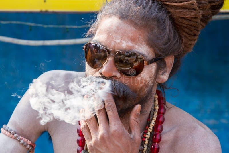 Download Un Sadhu Hindú Que Fuma Un Cigarrillo - La India Foto editorial - Imagen de tubo, cultural: 42428941