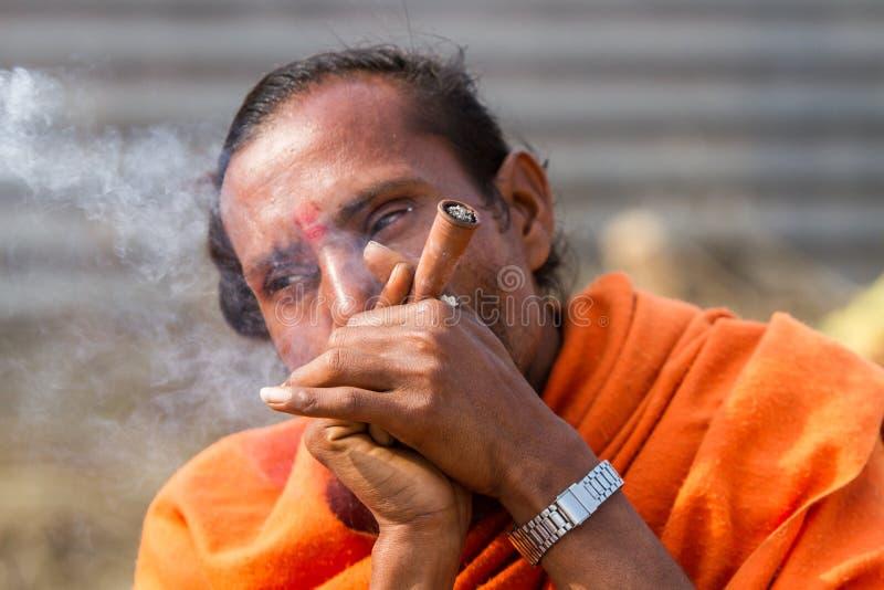 Download Un Sadhu Hindú Que Fuma Un Tubo De Hachís - La India Imagen de archivo editorial - Imagen de festivo, cultura: 42428924
