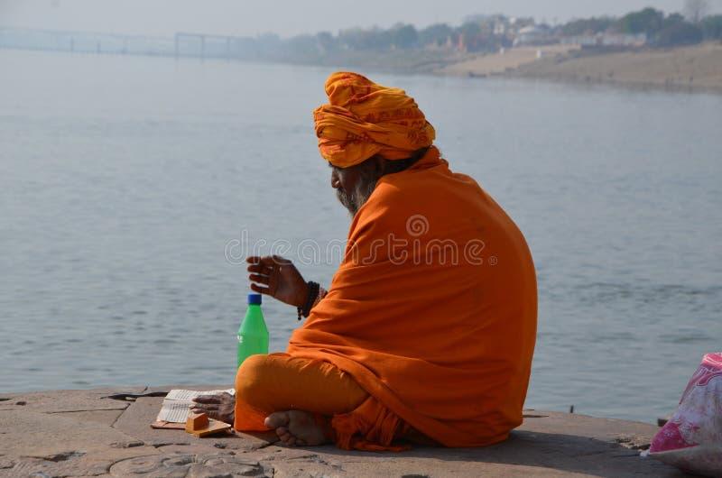 Un sadhu lit le livre religieux photo libre de droits