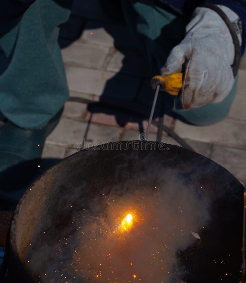 Un saldatore con esperienza sul lavoro Processo di saldatura e della preparazione della fornace del ghisa Fuoco di selezione Prof immagini stock