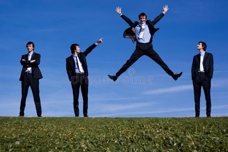 Un salto del hombre del bussiness foto de archivo