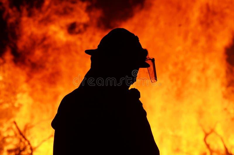 Un salvavidas del bombero en el resplandor del bushfire fotografía de archivo libre de regalías