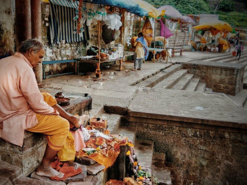 Un san è visto condurre i rituali quotidiani in tempio mahakaleshwar, ujjain immagini stock
