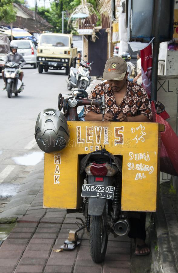 Un sastre extraño se sienta en el camino sobre su motocicleta fotos de archivo libres de regalías