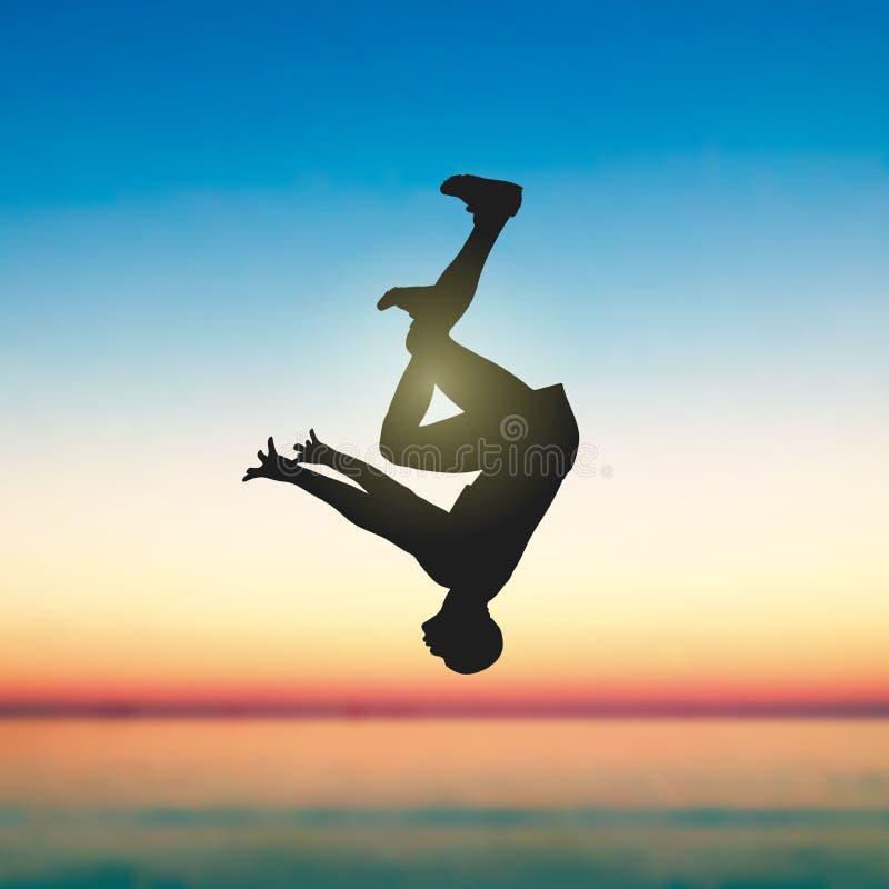 Un saut périlleux d'homme au bord de la mer illustration libre de droits