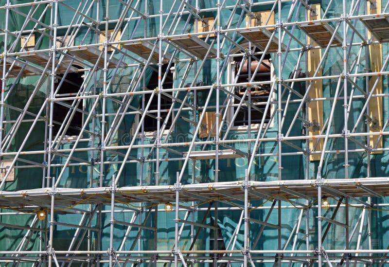 Un scafford se lève devant un bâtiment nécessitant la réparation ou la rénovation photos libres de droits
